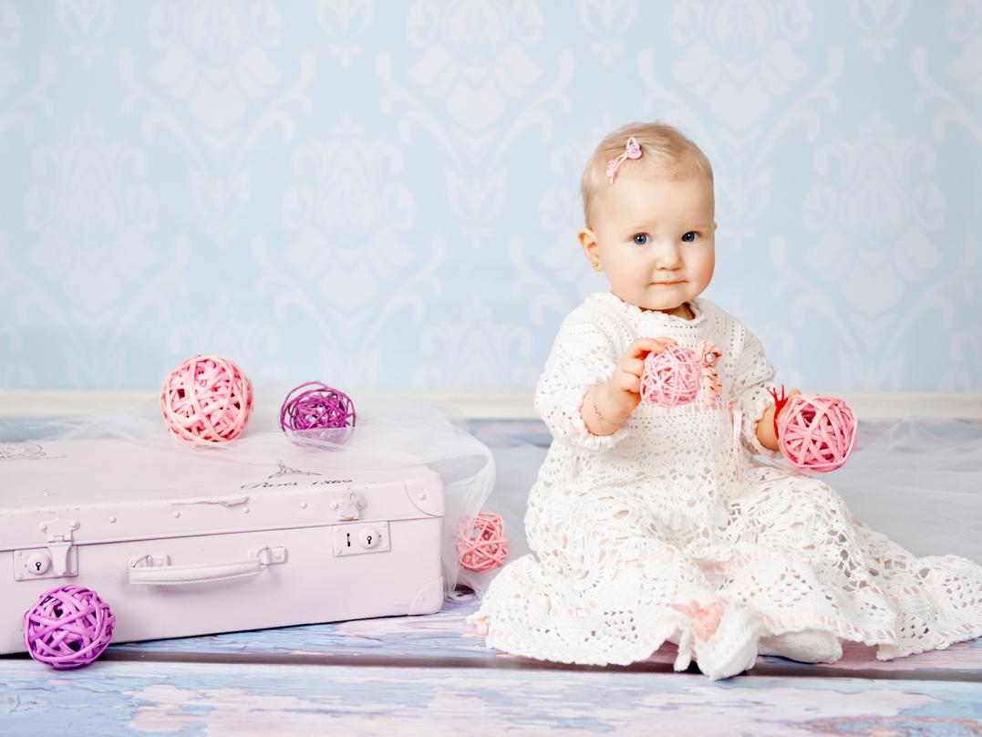 baby maedchen mit koffer. Black Bedroom Furniture Sets. Home Design Ideas
