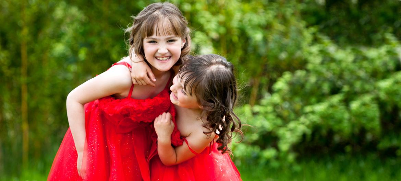 Kinder-Mädchen-rotes-Kleid-fröhlich-Fotoshooting-HV-Fotografie